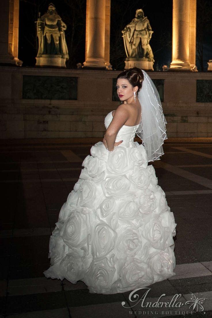 Hatalmas rózsás esküvői ruha;  Menyasszonyi ruha Budapest, esküvői ruha Budapest, ekrü menyasszonyi ruha, új menyasszonyi ruha,