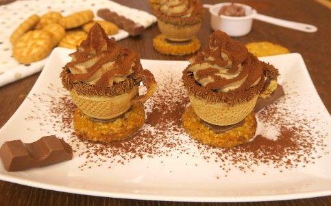 Un'idea facile e molto creativa per lasciare senza parole durante il momento del dessert!  GLI INGREDIENTI PER 6 TAZZINE 6 coni gelato 6 biscotti 200g di mascarpone 100ml di panna montata 1 cucchiaio di crema di nocciole 2 cucchiai di zucchero a velo 1 caffè ristretto cacao amaro cioccolato fuso q.b.  LA PREPARAZIONE Tagliate il cono gelato a metà e appoggiatelo su un biscotto che farà da base alla vostra tazzina. Versate all'interno un cucchiaino di cioccolato sciolto al microonde e ...