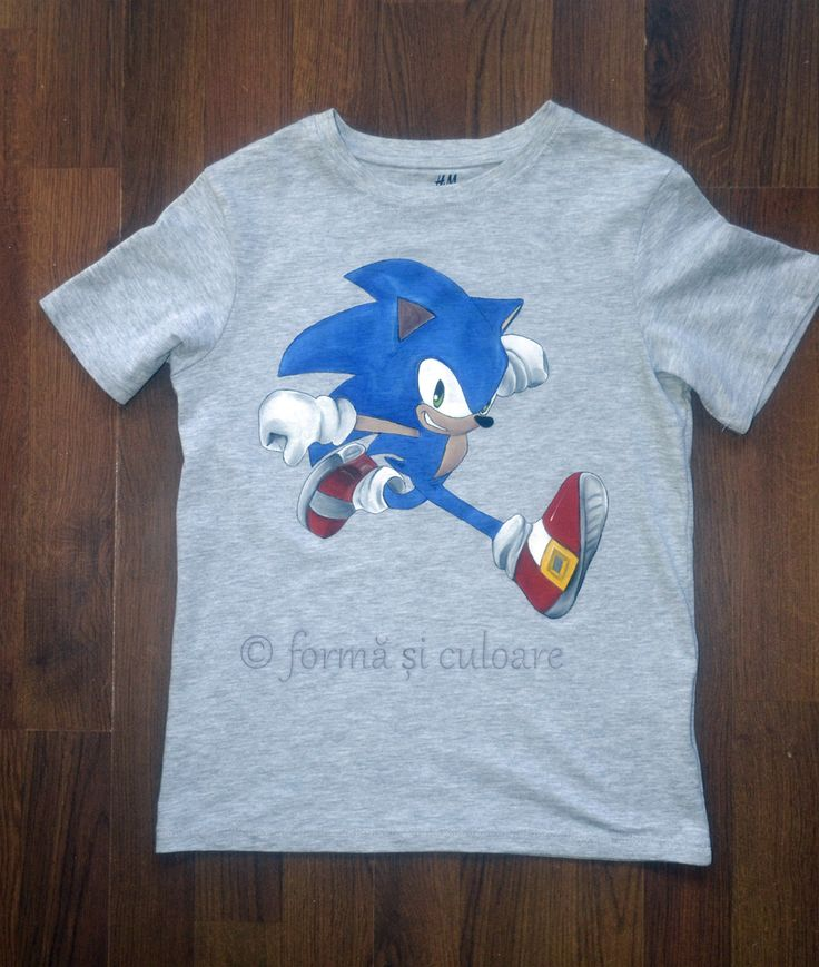 - And what is his favorite character now? – Now? Sonic! He is in Sonic period. And he wants me to buy a t-shirt but I don't find it anywhere! – Why to buy one when I can paint one for him! And this is how 6 years old Tudor has a Sonic t'shirt!  Hand painted t'shirt with fabric water resistant paint.