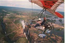 Fly over I fri strøm over Victoria Falls Med microlight over Victoria Falls og linje dans over Gorgeswingen i Zambia. To ekte adrenalin spark! Norsk Gry Hoell tar sjansen for jernbanetransport over et stort gap. Og å bli løftet høyt oppe over dumper og fosser og langs Zambezi-elven, i en glidebryter med motor. Under ser hun krokodiller, bøffel, impala og sjiraffer. Plutselig seiler en stor rovfugler for å møte henne.