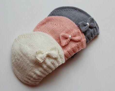 Die charmante Hand Strickmütze in weiß, rosa oder grauen Farbe mit einem Schleifchen für ein kleines Mädchen. Dieser Hut ist sehr weich, wie es von einem Leichtgewichtler Garn - 100 % extra feine italienische Merinowolle gestrickt ist. Für den Komfort des Babys gibt es keine Nähte.  ♥ Sofort lieferbar, gr - 0-3 Monate, 3-6 Monate. Bitte kontaktieren Sie mich für eine andere Größe.  ♥ 100 % extra feine Merinowolle.  ♥ Zurück zum Shop: https://www.etsy.com/shop/PetitMoutonFrancais  Die…