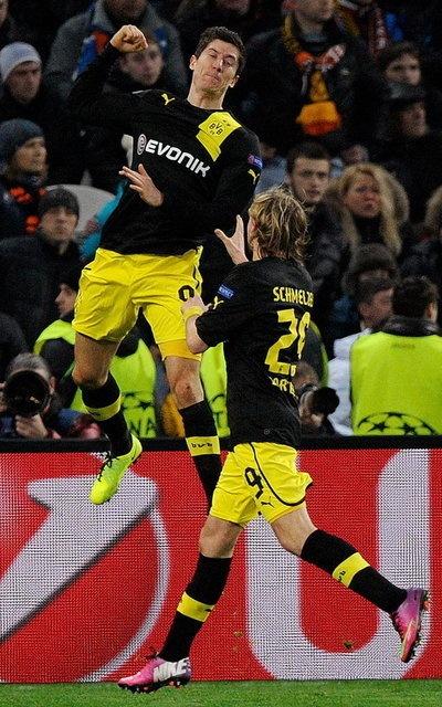 El jugador del Dortmund Robert Lewandowski celebra con su compañero Marcel Schmelzer después de anotar el 1-1 ante el Shakhtar Donetsk