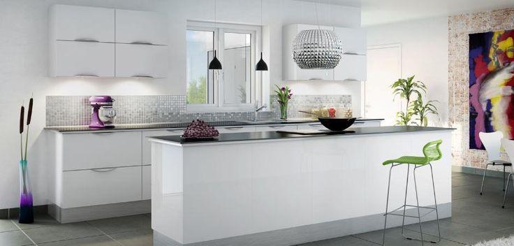 Hvid højglanskøkken med kogeø i særklasse - Zafir Bianco   Aubo Køkken