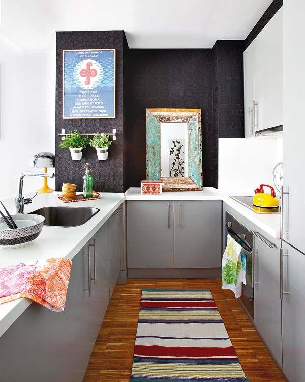specchio meraviglioso, oggetto inconsueto per una cucina ma perfettamente integrato!