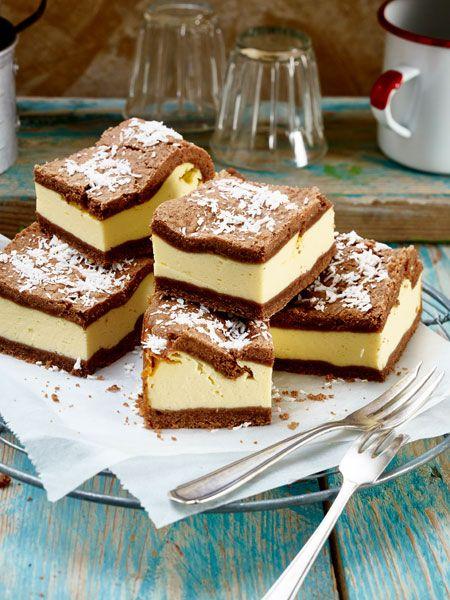 Zwischen zwei Schichten Schokoladen-Mürbteig befindet sich eine köstliche Kokos-Käsecreme