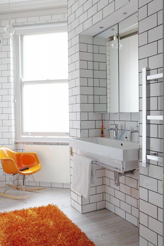 Белоснежные ванные комнаты с яркими акцентами.  Общая картина всегда состоит из многих отдельно взятых деталей. Белый цвет в данном случае выступает чистым холстом, на который можно наносить все новые и новые краски. Яркие элементы оживят интерьер и позволят усомниться в схожести комнаты с медицинским помещением. Акцентировать внимание можно абсолютно на любых предметах. #санузел #плитка #сантехника http://santehnika-tut.ru/