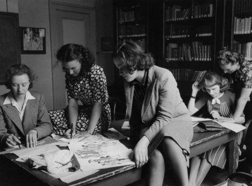 Toneelscholen, toneelopleidingen. Toneelschool te Amsterdam, Nederland 1941. Foto: De dames krijgen les in kostuum tekenen en knippen op de toneelschool.