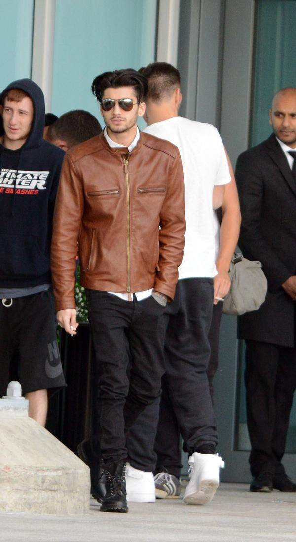 Zayn at the airport yesterday<<< HE LOOKS SO HOT