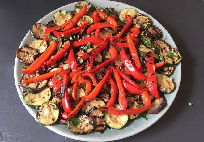 Geroosterde groenten van de big green egg gezond recept aubergine courgette paprika basilicum grill bbq