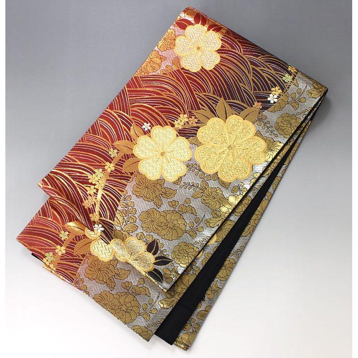 臙脂色と銀色に輝く地色に、大きな曲線で、中には波文が入っています。 前面には金に輝く花がポツポツと配され印象的です。  <シチュエーション> 礼装、フォーマルにお使い頂ける袋帯です。 とても華やかな色柄ですので振袖には最適です。  <風合> 金銀糸をはじめ、光沢感のある地色が輝くきれいな帯です。 薄手で適度なハリのある締めやすい帯です。  <状態>  殆ど使用感ありません。 汚れも見られずきれいな状態ですので問題なくご使用いただけます。    【楽天市場】袋帯 振袖用 臙脂色の流れ、波に金の花【送料無料】 【中古】【仕立て上がりリサイクル帯・リサイクル着物・リサイクルきもの・アンティーク着物・中古着物】:ビスコンティ&きもの忠右衛門
