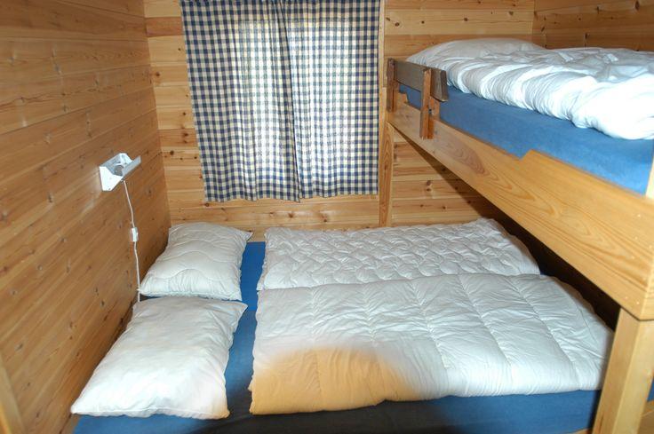 To soverom hvorav et med dobbeltseng og overkøye og et med køyeseng for 2 personer. Det er vindu på lite soverom