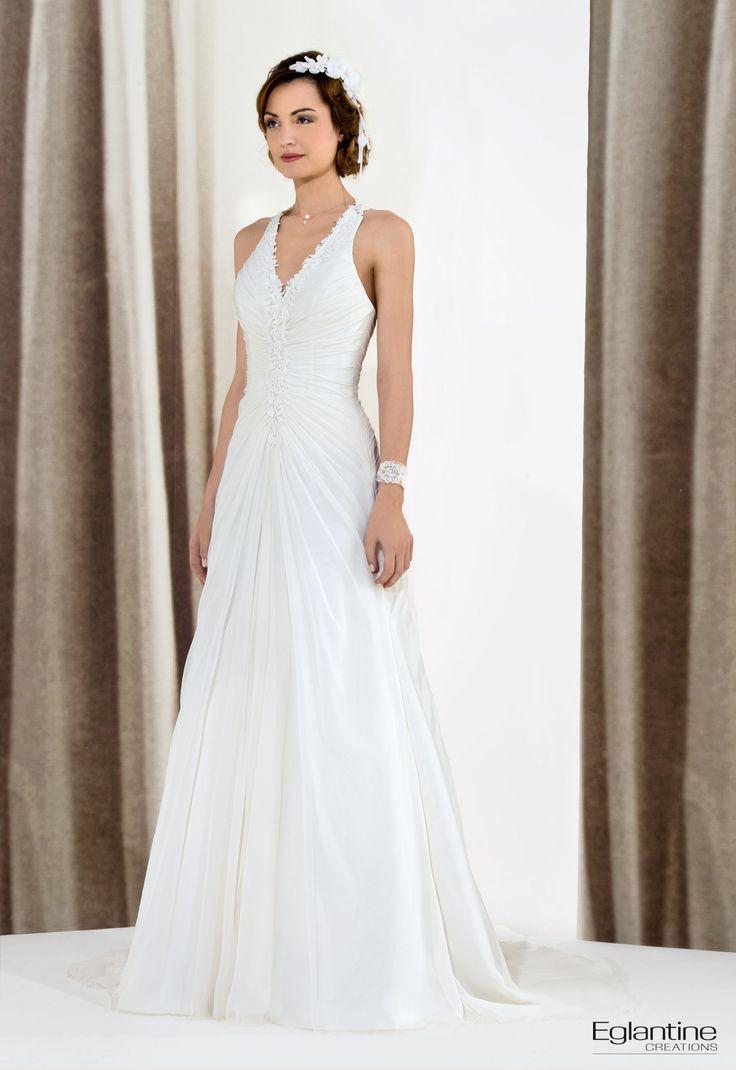 Cette robe de mariée fluide en mousseline avec bretelles tour de coup vous donnera le style moderne que vous recherchez. L'unique bretelle dos en guipure renforcera le style original de votre robe de mariée. Fermeture dos, recouverte par la bretelle puis par des boutons recouverts.