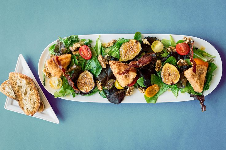 Salade de camembert pané, figues rôties et chips de poitrine fumée // Fried camembert, roasted figs and bacon salad