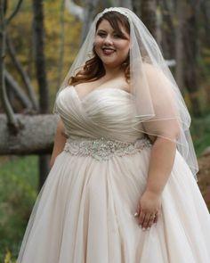 O vestido nude ou rosado é ideal para noivas que querem fugir do padrão sem ousar muito. Ele fica lindo tanto para nos casamentos clássicos quanto no estilo vintage.