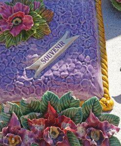 ceramic flowers france cushion Begraafplaats Zuid Frankrijk Een kussen van keramiek versiert het graf. Deze bloemen van keramiek zijn ook te koop in Nederland