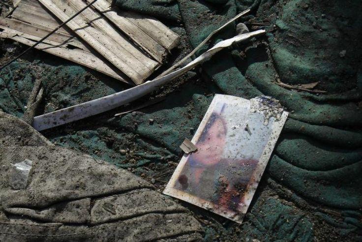 16 novembre. Traces d'effets personnels près des bateaux échoués à Tacloban aux Philippines après le passage du typhon Haiyan.