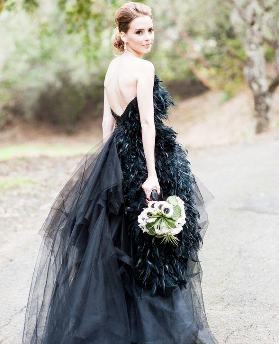 Vestido de novia en color negro con plumas