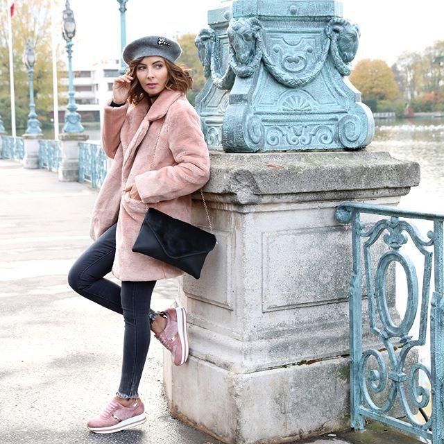 Baskets roses en velours à plateforme #baskets #rose #pink #basketsroses #shoes #pinkshoes #lamodeuse #chaussureslamodeuse #tendancefemme #modefemme #winter #hiver #wintertendance #fashion #inspiration #style #shoot #model