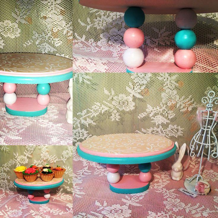 Небольшая подставка для миниатюрных капкейков. Для детского праздника, сервировка стола.