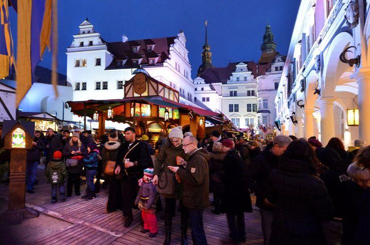 Dresdner Rauhnächte Es handelt sich um einen mittelalterlichen Jahrmarkt, der  - im Gegensatz zum Weihnachtsmarkt - mit Wahrsagerinnen ergänzt wird. Lassen Sie sich verführen von den Düften des Weihrauchs (daher stammt der Begriff) und riskieren Sie einen Blick in die Zukunft!