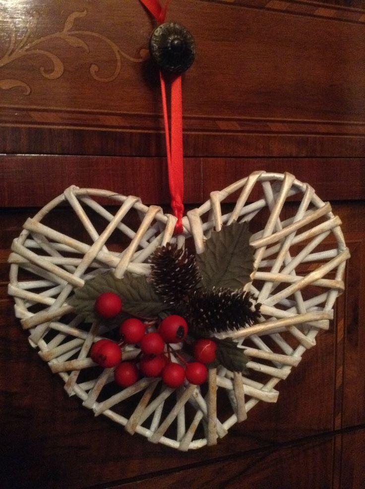 Cuore natalizio con cannucce di carta