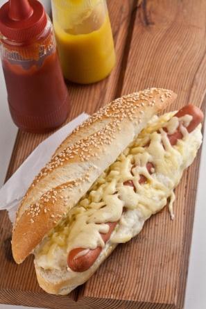 """Hot-dog """"à la française"""", do chef Raphael Despirite: enriquecido por molho bechamel e queijo gruyère gratinados"""