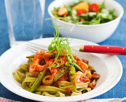 Färsk broccoli- och ärtpasta med olivsås och räkor