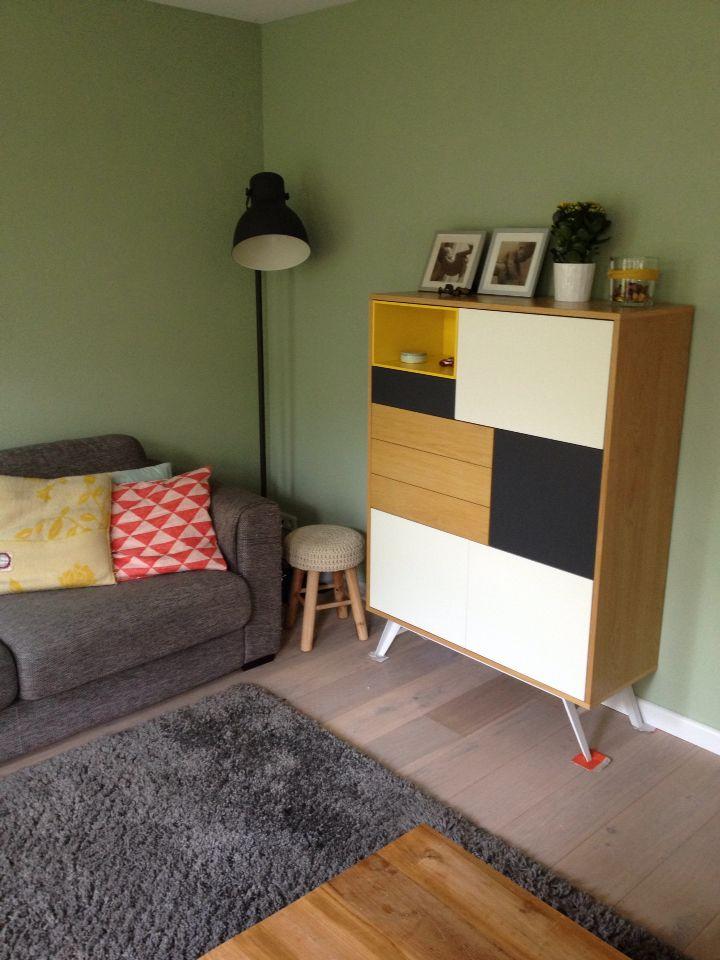 Onze woonkamer met de mooie kast Yellow Alps van Zuiver en lamp Hektar van Ikea!