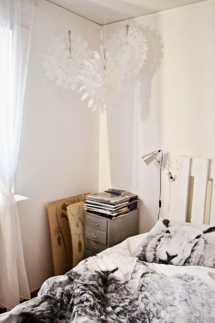 Papperssnöflingor i vårt sovrum