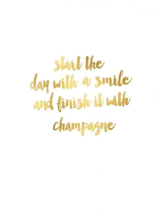 Fin texttavla / poster i guld med text. Start the day with a smile and finish it with champagne. Handla affischer och prints med guldfoliering hos desenio.se. Modern inredning i guld och mässing.