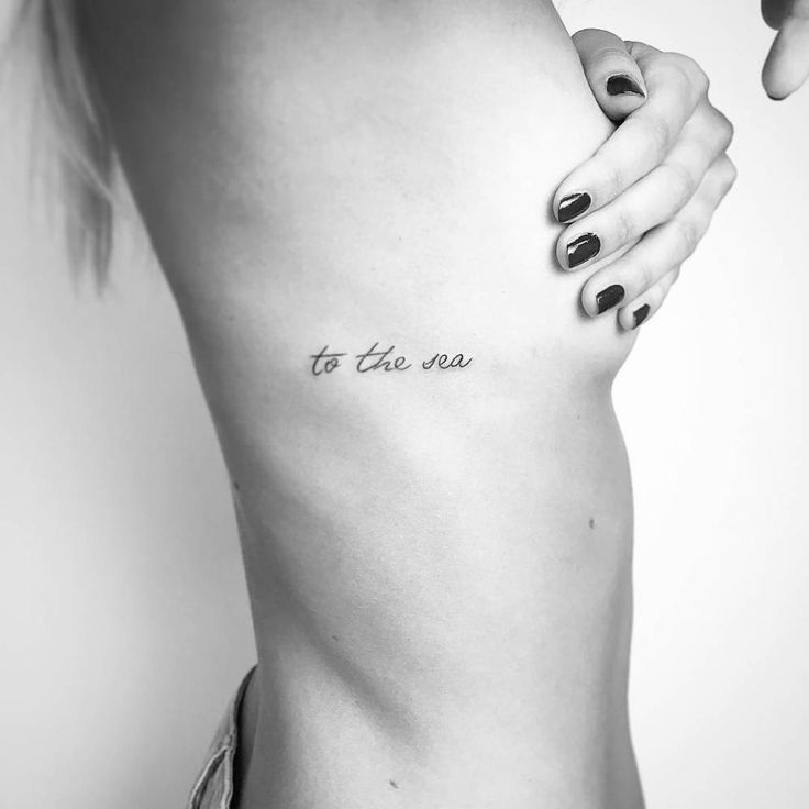 'To the sea' tattoo on the right side ribcage.