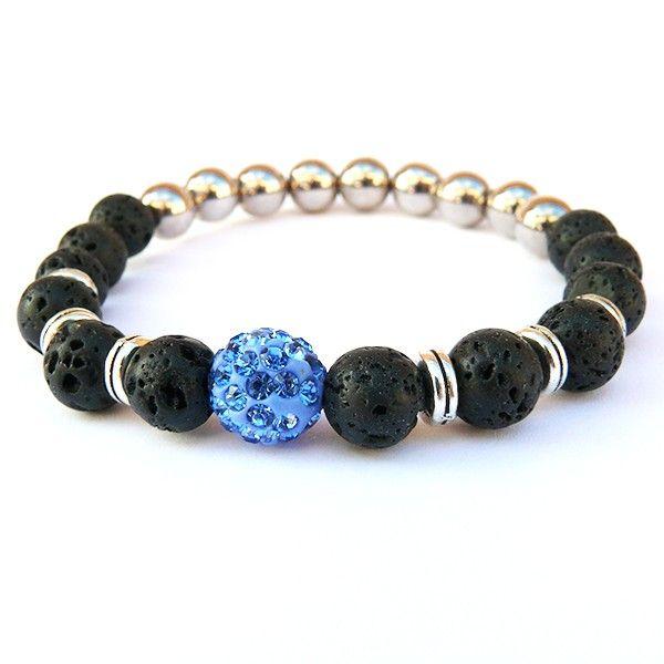 Náramek je vyrobený z černých matných skleněných korálků doplněný o stříbrné akrylové korálky a kovové kroužky. Dominantní korálek je modrý shamballa korálek s kamínky. Korálky jsou navlečené na lycru, která je elastická a usnadňuje navlečení i svlečení z ruky.