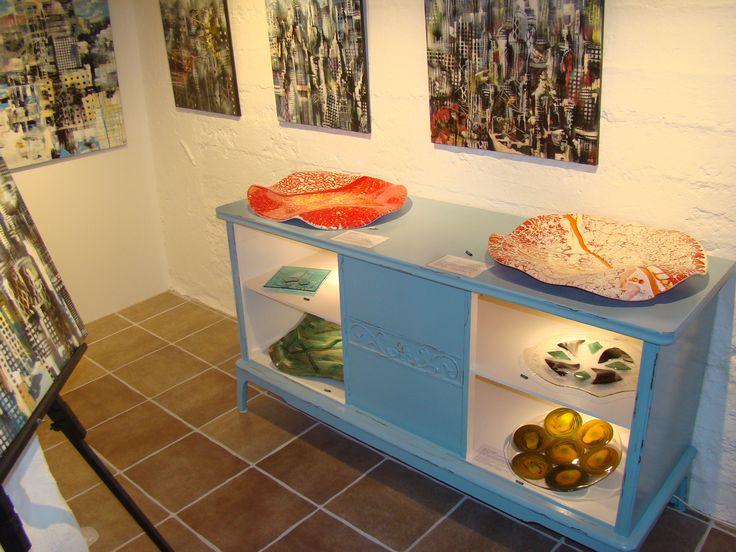 Galleri i Odsherred. Gammelt skab med glaskunst på og i. Michael Kofod's glaskunst. Rundtur i Galleri 3G. #galleri3g #galleri #kunst #galleriodsherred #KunstKlærKvinder