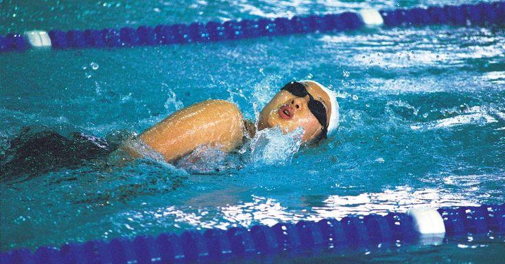 Como impedir a entrada de água no nariz. Água entrando no nariz normalmente é algo irritante e desagradável, podendo ser até doloroso em alguns casos, e normalmente ocorre ao nadar. Quando você aprende a nadar, seja por recreação ou como exercício físico, uma das primeiras coisas que é ensinado é como colocar o seu rosto dentro da água. Melhorar sua técnica de nado e mergulho é ...