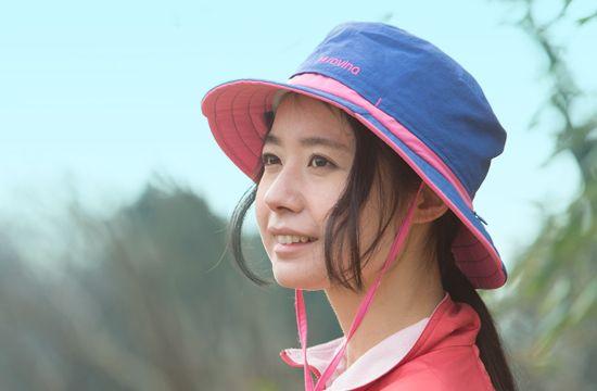 「登山女子専用」をコンセプトに、山へ行く女性のための帽子を作りました。表地は日焼け防止効果の高い生地を採用して日焼けを徹底ガード。裏地は速乾・吸汗素材を使用し、汗をかいてもサラサラ。ムレだけを逃がして表地に水分を通しにくくしているため、おでこ部分に汗ジミができにくいのもポイントです。さらに一番の特長は、つば部分にジッパーで開閉できるホールがついていて、ヘルメットのあご紐を通して重ねてかぶることができるようになっているところ。ヘルメット着用時の日よけとしても役立ちます。お気に入りのウェアやお手持ちのヘルメットと合わせられるカラフルなラインナップで、デザインにもこだわりました。使わないときは丸めてザックにしまっておくことができます。