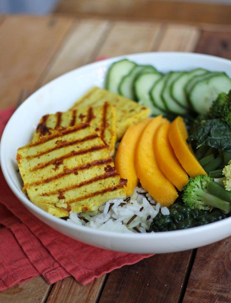Indiase bowl met curry tofu en mango. Gemaakt met een kruidenmix van Santa Maria.
