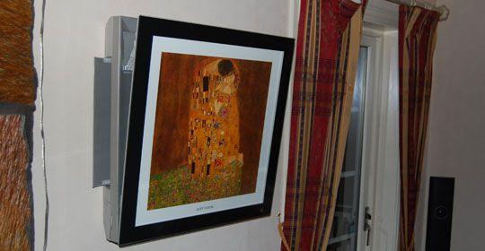 Varmepumpe på stuevegg med bilde