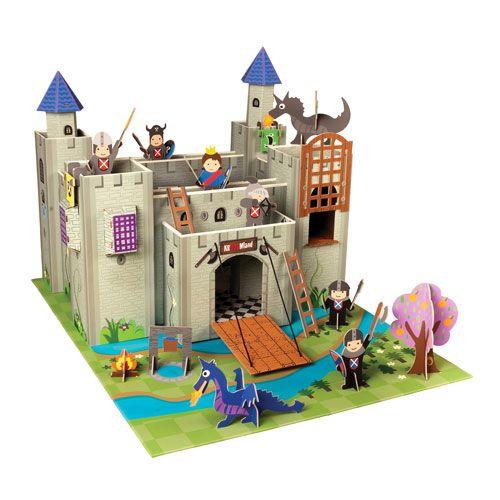 Χάρτινο κάστρο ιπποτών με επιφάνεια.  Η συσκευασία περιλαμβάνει το κάστρο την επιφάνεια, τους ιππότες και τους δράκους.  Συναρμολογείται εύκολα με τις οδηγίες που εμπεριέχονται.  Κατασκευάζεται από χοντρό ανακυκλώσιμο πεπιεσμένο χαρτόνι.  Διαστάσεις: Π73 x Υ48 x Β56.  Κατάλληλο