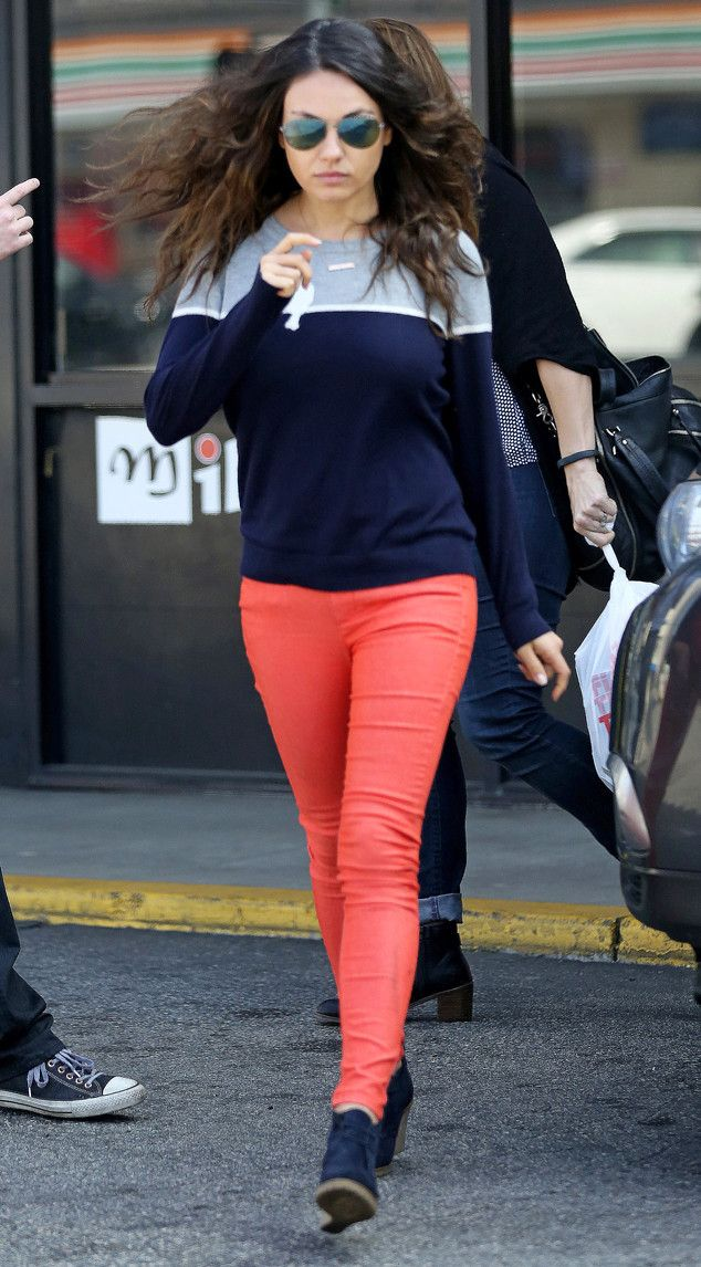 Mila Kunis rockin' red skinny jeans just 4 months after baby - wow! good for her. and I really like the colors! casual, comfy but still really cute.