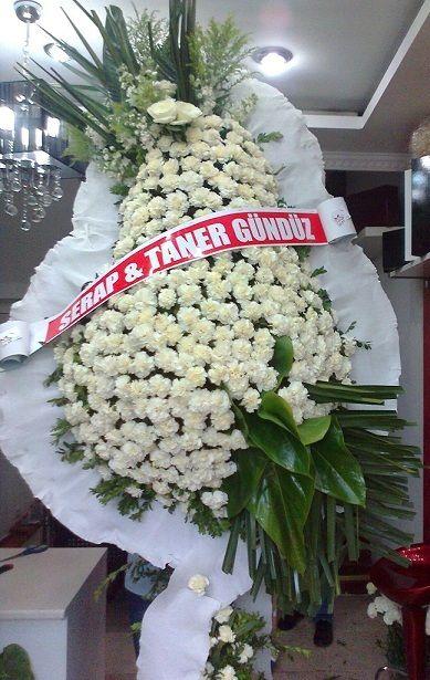Karanfil Beyaz : 80 Adet/ Ürün Açıklaması:   Etrafı Kırmızı renk greep ile çevrilmiş üzerinde kırmızı-beyaz karanfil çiçekleri sol alt kısıma Çeşitli Yapraklar  ile süslenen,  Açılış / Düğün / Nişan / Nikah / Kutlama merasimleri için tek gökbekli  Ayaklı sepet her zaman hazır.