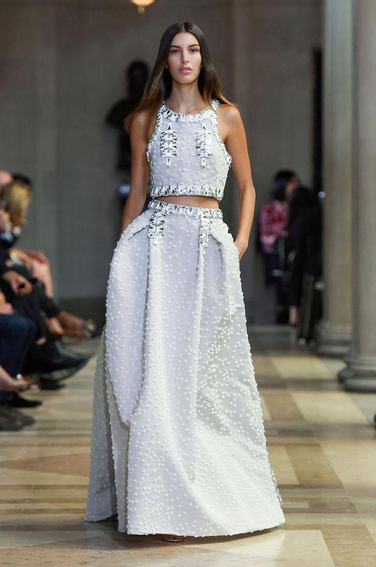 Véritables alternatives à la robe de mariée classique, les robes immaculées des créateurs nous font autant rêver. Tour d'horizon des plus belles créations repérées sur les podiums des défilés prêt-à-porter printemps-été 2016.