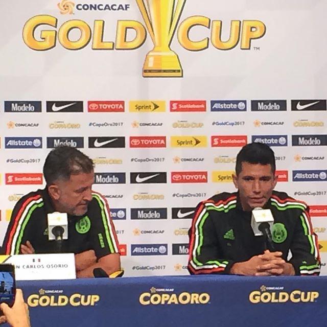 El sonorense Jesús Molina y el técnico Juan Carlos Osorio, en rueda de prensa. Información www.gradanorte.mx ⚽️  #CopaOro2017 #Tri #México #futbol #FutbolMexicano | SnapWidget