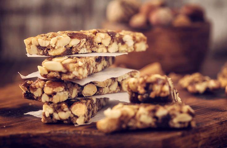 En proteinbar går lika bra att äta tillmellanmål efter träningen som snacks till filmkvällen. Och gör du dem själv så vet du att det är bra grejer i! Här är recept på smarrigaproteinbars som går att göra på nolltid.