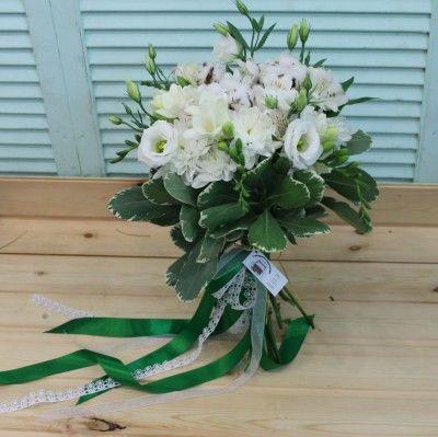 Белый букет из эустомы, альстромерий, фрезий и хлопка - Доставка цветов в Екатеринбурге
