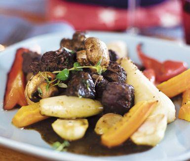 Boeuf Herngren är ett matigt och delikat recept på köttgryta med högrev. Du gör grytan av bland annat rött vin, vitlök, tomatpuré, champinjoner och schalottenlök. Servera den smakrika grytan med ugnsrostade grönsaker!