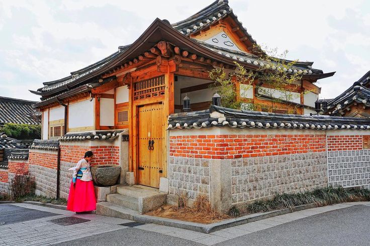 A journey back in time; traditional Korean house and attire. ⠀