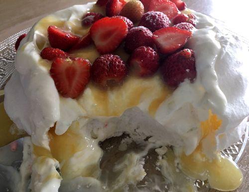 Hagelwitte #pavlova van gebakken #eiwitschuim met daarop Griekse yoghurt met een vleugje #vanille en #limoen, zelfgemaakte #lemoncurd en verse #aardbeien.