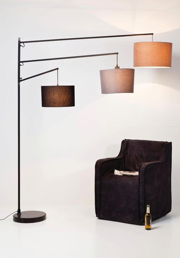 Fast schon ein Kunstwerk! Diese Stehleuchte überzeugt durch ihr auffälliges Design: Drei-farbige Lampenschirme und ein Marmorfuß schmücken die Leuchte und sorgen zugleich für stimmungsvolles Licht! Überzeugt euch selbst!