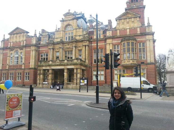 Bea frente a un edificio emblemático de Leamington Spa (England).