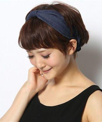 最近は幅広なヘアバンドが流行中。柄の鮮やかなものやターバン風の物まで。カジュアルスタイルに取り入れてみて!